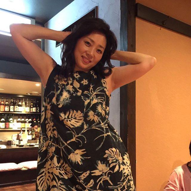 不倫疑惑で話題のエロ熟女藤吉久美子 豊満な乳房の膨らみ&舌使いとイラマチオがエロすぎる食レポ
