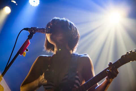 藤田恵名【ギター編】スジッたビキニでギターをかき鳴らすライブエロ画像