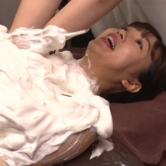 藤田ニコル(19)泡まみれの貧乳をまさぐられ、乳首触れて感じてしまうw