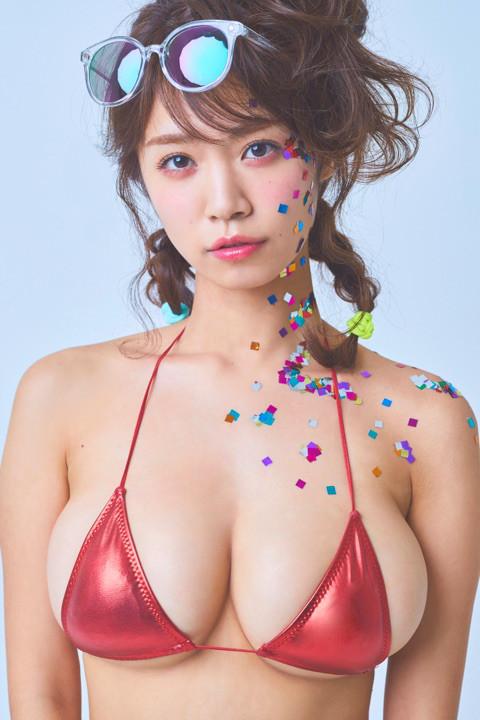 菜乃花 真っ赤な極小ビキニを身につけて横乳も下乳もハミ出している姿