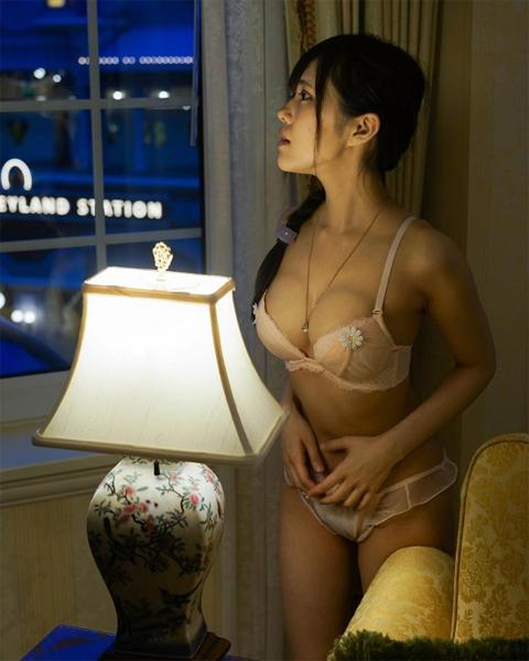 ディズニーホテルの窓際で露出ヌードを撮影して炎上した自称モデル田中みか