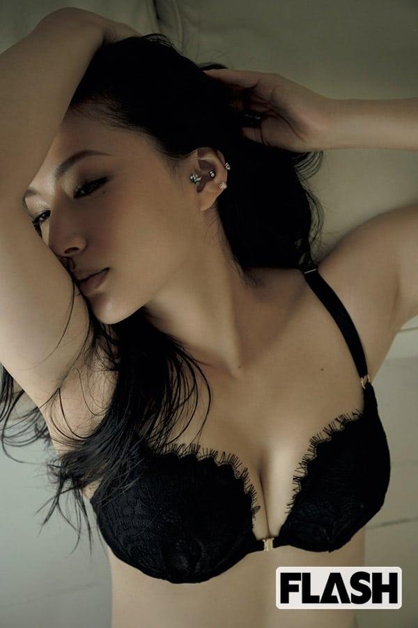 亡くなった芦名星さん最初で最後のグラビア 美ボディ&妖艶ランジェリー披露