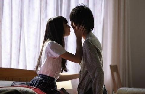 女優の小松菜奈さんのお宝エロシーン画像食い込みジャージでマンスジ&パンティライン!苺パンツもw
